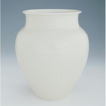 定窑《秋箩剔花瓶》