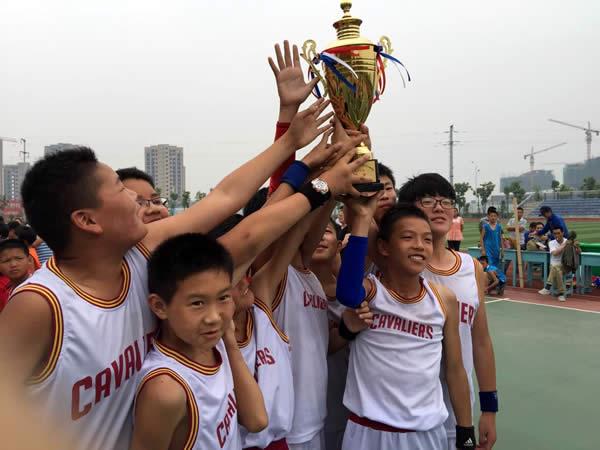 我校男子篮球队获得区赛A组冠军