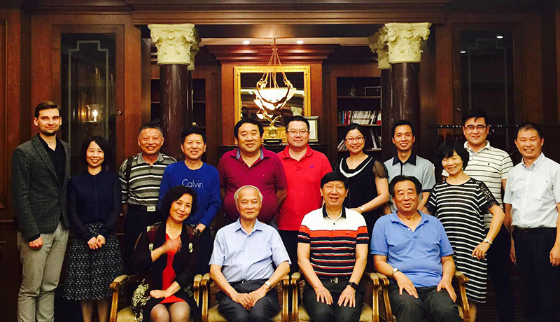 6月2日晚,中国前驻匈牙利大使朱祖寿等友人在京欢聚。