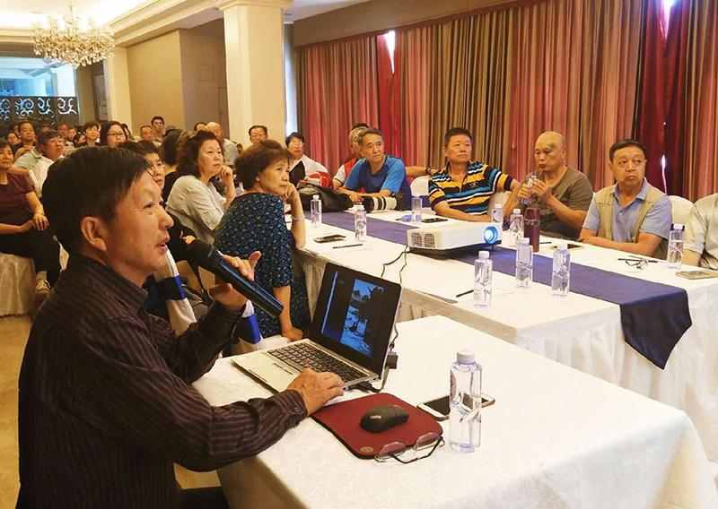 近日,邓尚喜主席应邀到河北固安孔雀城授课,与当地影友交流摄影。