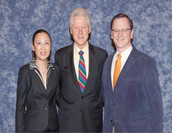 UMT校长与美国前总统克林顿合影