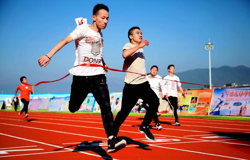 赛场展雄姿 学子竞风流   台湾佬中文娱乐网|台湾佬中文网|台湾佬电影网第十四届体育节开幕了
