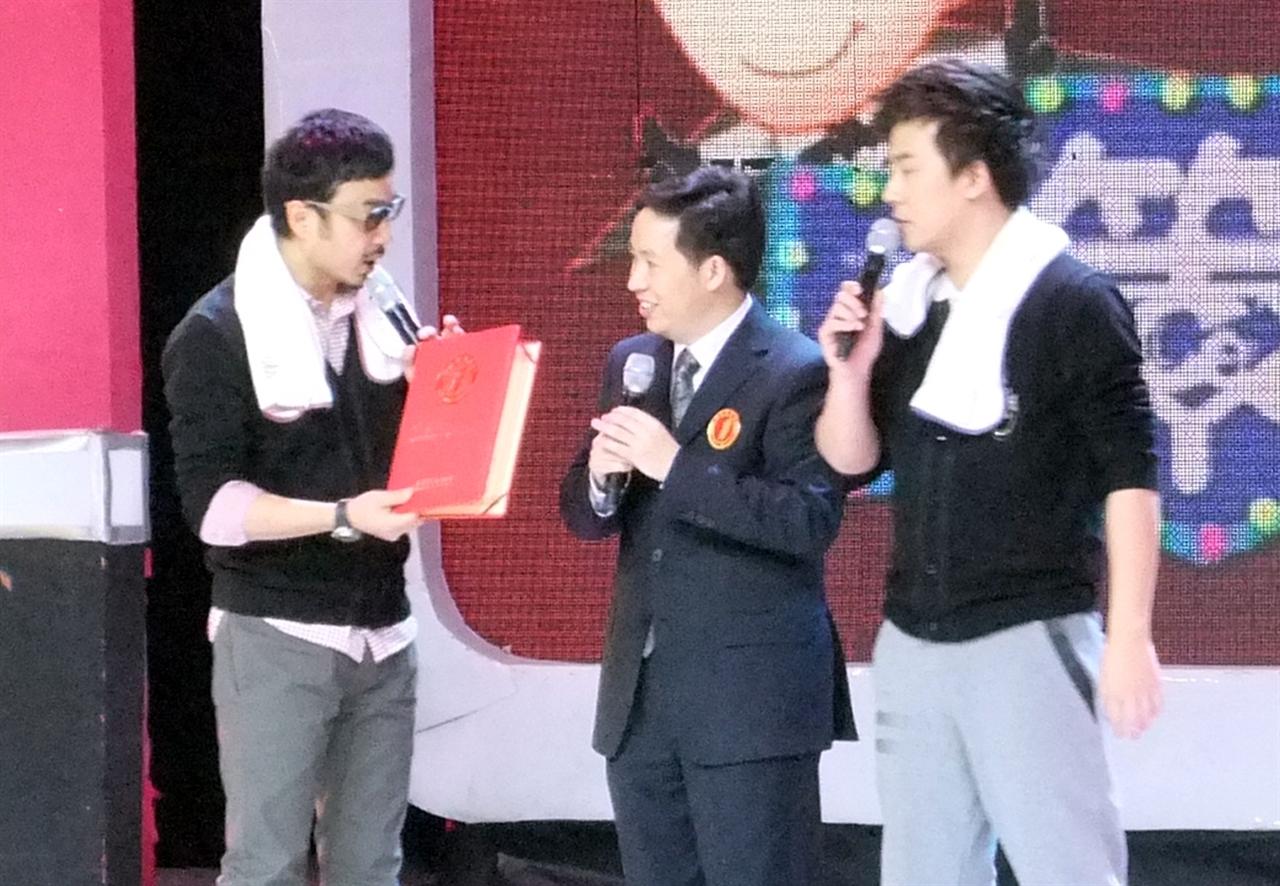 中国:世界上连续播出时间最长的华语脱口秀电视节目——汪涵、马可主持的《越策越开心》栏目