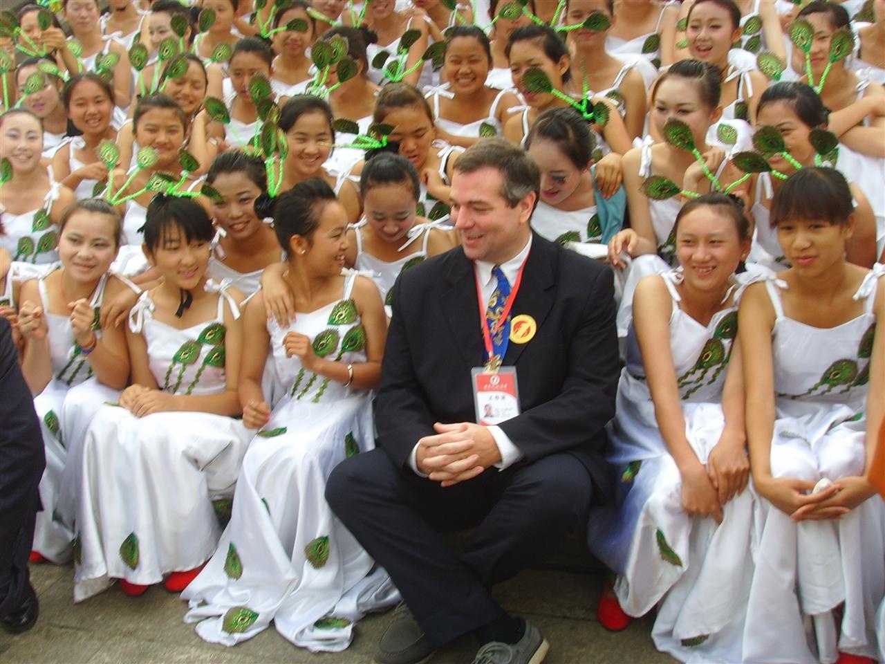 世界最大规模的傣族孔雀舞表演——2013年德宏泼水节傣族孔雀舞表演