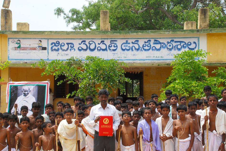 印度:世界上最多人参加的甘地装扮秀—— ZPHS Veernamala学校甘地装扮秀