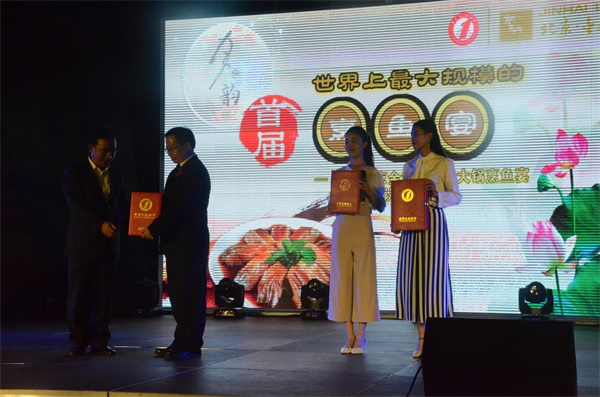 世界上最大规模的烹鱼宴——2016北京金海湖百口大锅烹鱼宴