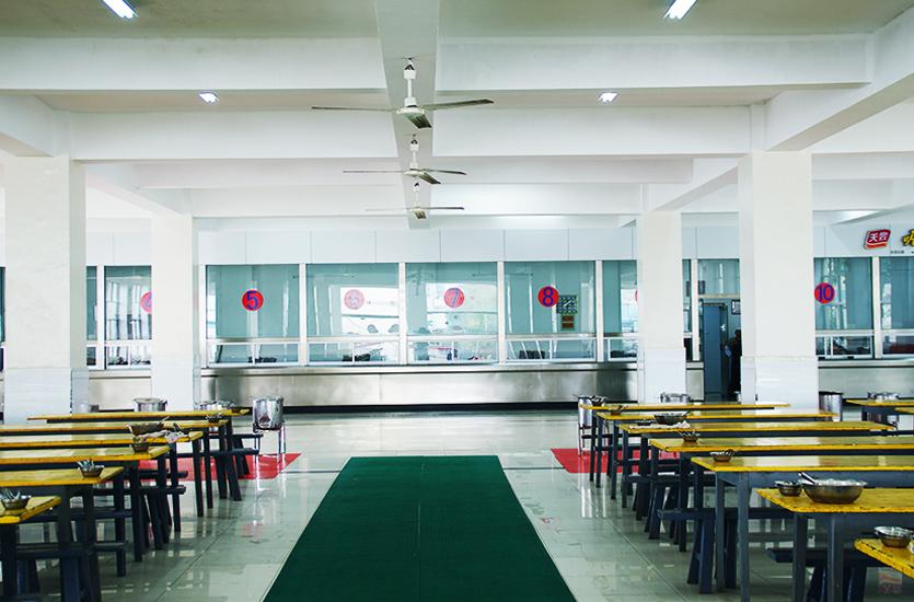 宽敞卫生的学生餐厅